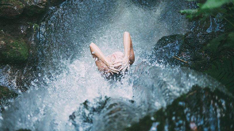 cachoeira da toca em ilhabela com hospedagem na rede velinn