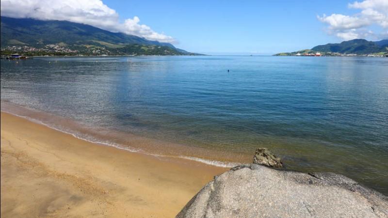 visite a praia do itaquanduba em ilhabela com a velinn pousada chale suisso