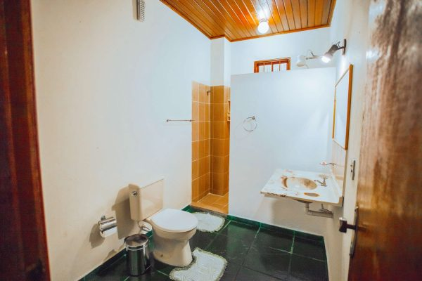 Velinn Pousada Guarubela Veloso Quarto Familia Banheiro 2